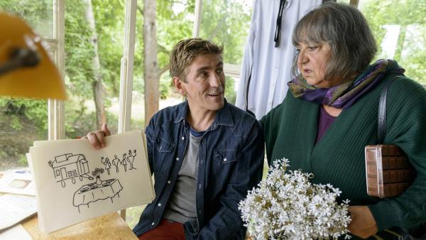 Fritz Fuchs (Guido Hammesfahr) und Oma Nine (Sema Poyraz) sprechen nicht dieselbe Sprache. Mit Gesten und Bildern können sie sich trotzdem verständigen: Fritz bekommt heute Besuch von Freunden.<br/> | Rechte: ZDF/Antje Dittmann
