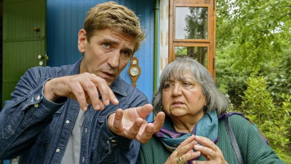 Mit Händen sprechen. Fritz (Guido Hammesfahr) versucht der fremden Oma Nine (Sema Poyraz) zu erklären, dass er noch einkaufen muss. | Rechte: ZDF/Antje Dittmann