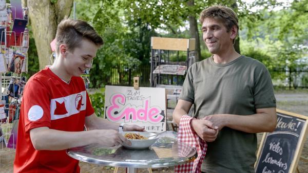 Max (Lukas Schust, li.) freut sich über sein Lieblingsessen: Spaghetti mit Tomatensoße; selbstgekocht von Fritz Fuchs (Guido Hammesfahr). | Rechte: ZDF/Antje Dittmann