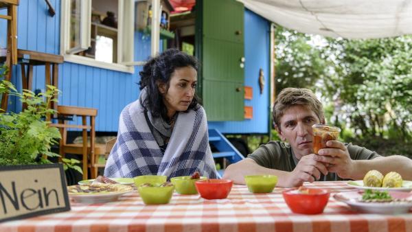 Yasemin (Sanam Afrashteh) und Fritz (Guido Hammesfahr) testen Essen. Welcher Snack ist lecker, nahrhaft und eignet sich zum Verkauf am Kiosk? | Rechte: ZDF/Antje Dittmann