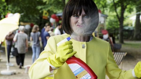 Rosa Rehbock (Sophie Rois) will unbedingt Yasemins Kiosk übernehmen. Dafür würde sie alles tun. | Rechte: ZDF/Antje Dittmann