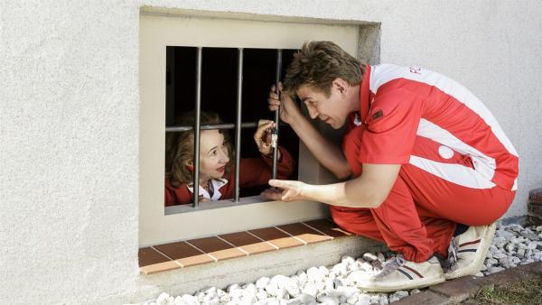 Fritz (Guido Hammesfahr) findet Frau Erika (Klara Höfels) eingesperrt in ihrem Keller. | Rechte: ZDF/Antje Dittmann