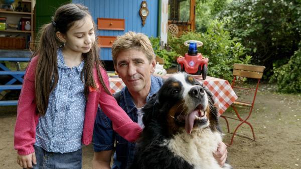 Ein Baby wird erwartet! Fritz Fuchs (Guido Hammesfahr, rechts) lenkt Minoo (Katerina Gehrckens, links) mit Hilfe von Hund Keks ab, während ihre Mutter im Krankenhaus ein Geschwisterchen zur Welt bringt. | Rechte: ZDF/Antje Dittmann