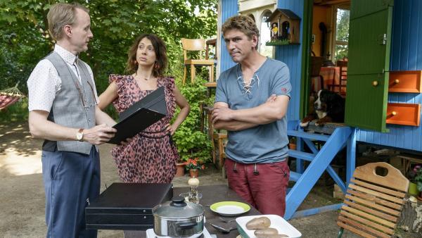 Herr Kluthe (Holger Handtke, links) liest die strengen Regeln für den Kartoffelwettbewerb vor. Pamela (Jana Pallaske, Mitte) und Fritz Fuchs (Guido Hammesfahr, rechts) sind harte Konkurrenten. | Rechte: ZDF/Antje Dittmann