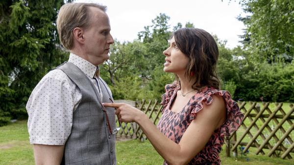 Pamela (Jana Pallaske, rechts) warnt Ordnungsamtmann Kluthe (Holger Handtke): Er soll dafür sorgen, dass sie den Wettbewerb um die beste Kartoffelsorte gewinnt. | Rechte: ZDF/Antje Dittmann