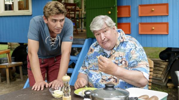 Fritz Fuchs (Guido Hammesfahr, links) ist gespannt, wie Herr Paschulke (Helmut Krauss) seine Kartoffelzüchtung beurteilt. | Rechte: ZDF/Antje Dittmann