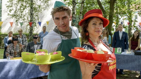 Scharfe Konkurrenten beim Kartoffelwettbewerb - Fritz Fuchs (Guido Hammesfahr, links) und die junge Frau (Jana Pallaske, rechts) von  'Pamelas Potatoes' | Rechte: ZDF/Antje Dittmann