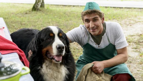 Fritz Fuchs (Guido Hammesfahr) ist stolz auf seinen Hund Keks. Der hat einen fiesen Betrug beim Kartoffelwettbewerb aufgedeckt . | Rechte: ZDF/Antje Dittmann
