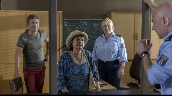 Fritz Fuchs (Guido Hammesfahr) trifft seine Oma (Us Conradi) im Büro von <br/>Polizist Prutz (Prodromos Antoniadis) - sie hat den Bankräuber gesehen und ist eine wichtige Zeugin. | Rechte: ZDF/Antje Dittmann