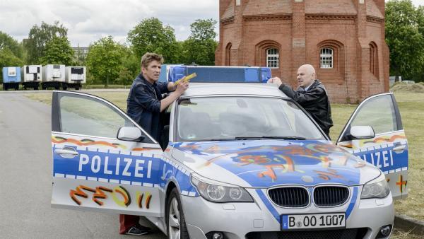 Fritz Fuchs (Guido Hammesfahr,  l. ) und sein Freund Götz Prutz (Prodromos Antoniadis) sind auf der Jagd nach dem mysteriösen Sprayer. Wenn sie nicht seine Matherätsel lösen, werden weitere Bärstädter Gebäude besprüht. | Rechte: ZDF/Antje Dittmann