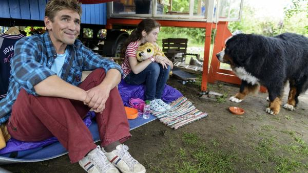 Es ist noch früh am Morgen. Fritz Fuchs (Guido Hammesfahr) bekommt überraschend Besuch. Sophie (Amelie Brettschneider) möchte gerne in Bärstadt bleiben und will nicht mit ihren Eltern wegziehen. Was tun? | Rechte: ZDF/Antje Dittmann