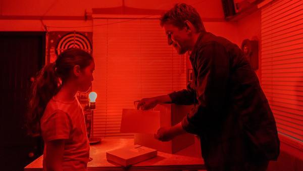 Fritz Fuchs (Guido Hammesfahr) und Sophie (Amelie Brettschneider) in der Bauwagen-Dunkelkammer. Hier entwickeln sie das erste Foto ihrer Lochkamera. | Rechte: ZDF/Antje Dittmann