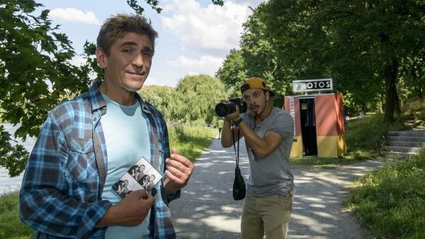 Erst heimlich dann ganz deutlich, ein merkwürdiger Typ macht  ständig Fotos. Was will der Fotograf (Edin Hasanovic) bloß von Fritz (Guido Hammesfahr)? | Rechte: ZDF/Antje Dittmann