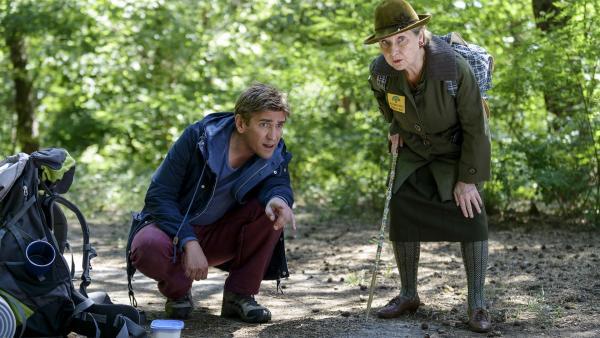 Fritz Fuchs (Guido Hammesfahr) bekommt unverhofft Hilfe von Mutti Kluthe (Margot Nagel). Sie müssen den Luchs finden, bevor der fiese Herr Sonnenkötter ihn auf's Korn nimmt. | Rechte: ZDF/Antje Dittmann