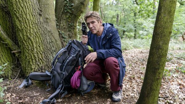 Fritz Fuchs (Guido Hammesfahr) verfolgt mit viel Gespür die Fährte des scheuen Luchses.   Rechte: ZDF/Antje Dittmann
