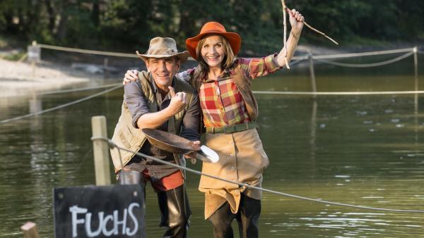 Fritz (Guido Hammesfahr) und Suse (Eva Mannschott) haben einen Plan und zeigen sich am zweiten Tag außerordentlich begeistert beim Goldsuchen. | Rechte: ZDF/Antje Dittmann