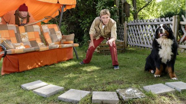 Fritz Fuchs (Guido Hammesfahr, rechts) vermutet die Ameisenkönigin bei Nachbar Paschulke (Helmut Krauss) im Garten. | Rechte: ZDF/Antje Dittmann