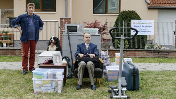 Fritz (Guido Hammesfahr, links) kann es nicht mit ansehen, dass Herr Kluthe (Holger Handtke) einsam mit seinen Sachen auf der Straße hockt. Hat er denn keine Freunde? | Rechte: ZDF/Antje Dittmann
