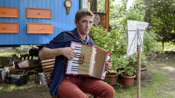 Fritz (Guido Hammesfahr) möchte auch an der großen Musikparade teilnehmen und übt fleißig. | Rechte: ZDF/Antje Dittmann