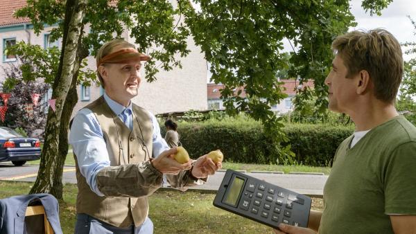 Sämtliche Banken haben wegen eines Computervirus kein Bargeld mehr. Fritz Fuchs (Guido Hammesfahr, re.) schlägt vor, dass die Bärstädter tauschen sollen wie auf den Märkten früher. Ordnungsamtmann Kluthe (Holger Handke, li.) hat sein Büro geplündert, um Tauschgegenstände anzubieten. | Rechte: ZDF/Antje Dittmann