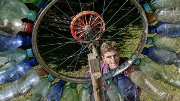 Eine von Fritz' (Guido Hammesfahr) spaßigsten Erfindungen: das Windrad für den Garten. | Rechte: ZDF/Antje Dittmann