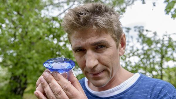 Fritz Fuchs (Guido Hammesfahr) hat es gefunden - das 'blaue Meeresauge' - ein sagenhaftes Juwel. | Rechte: ZDF/Antje Dittmann