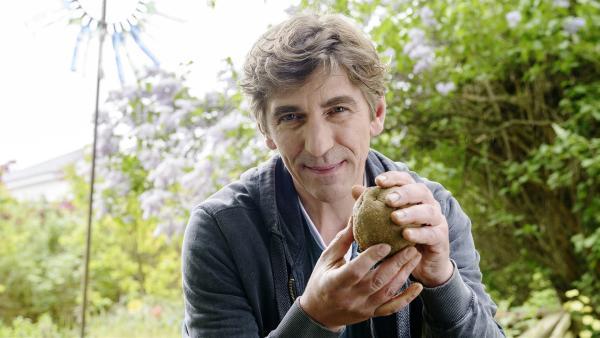 Fritz (Guido Hammesfahr) findet es toll, mit den Händen etwas zu formen.   Rechte: ZDF/Antje Dittmann