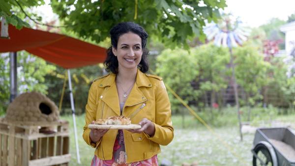 """Yasemin (Sanam Afrashteh) ist von Fritz' Ofen überzeugt - das """"Dschinni-Brot"""" schmeckt wie im Original.   Rechte: ZDF/Antje Dittmann"""