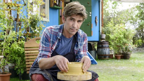 Fritz (Guido Hammesfahr) erforscht die Baustoffe Lehm und Ton. An der Töpferscheibe hat er den Dreh schnell raus.   Rechte: ZDF/Antje Dittmann