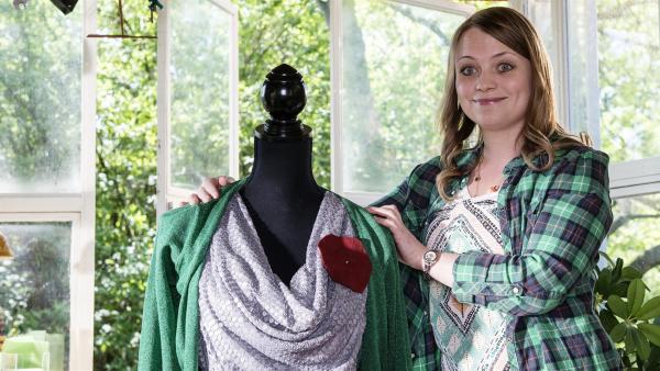 Charlie (Géraldine Raths) hat Spaß, einen neuen Stil zu kreieren. | Rechte: ZDF/Antje Dittmann