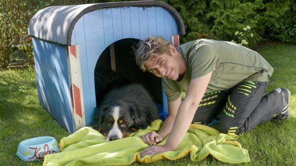Und für Keks fällt bei Fritz' (Guido Hammesfahr) vielem Nähen auch noch was ab - ein große Kuscheldecke. | Rechte: ZDF/Antje Dittmann