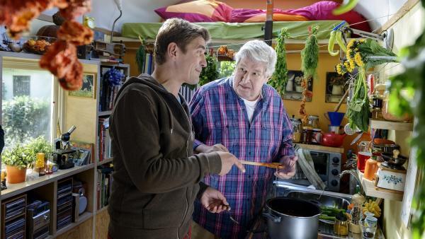Fritz Fuchs (Guido Hammesfahr, l.) hat seine Gewürzküche geplündert und ein delikates Chilli gekocht. Herr Paschulke (Helmut Krauss, r.) ist da ganz anderer Meinung. | Rechte: ZDF/Antje Dittmann