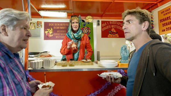 Am indischen Currywurst-Stand  von Indira (Beatrice Richter, Mitte) treffen sich die beiden Streithähne, Fritz Fuchs (r.) und Nachbar Paschulke (l.) fürs Schärfewettessen. | Rechte: ZDF/Antje Dittmann