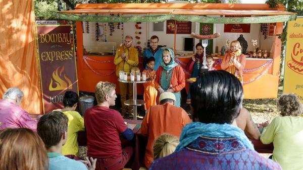 Indira (Beatrice Richter, hinten Mitte) kündigt dem begeisterten Publikum den großen Schärfewettbewerb an. | Rechte: ZDF/Antje Dittmann