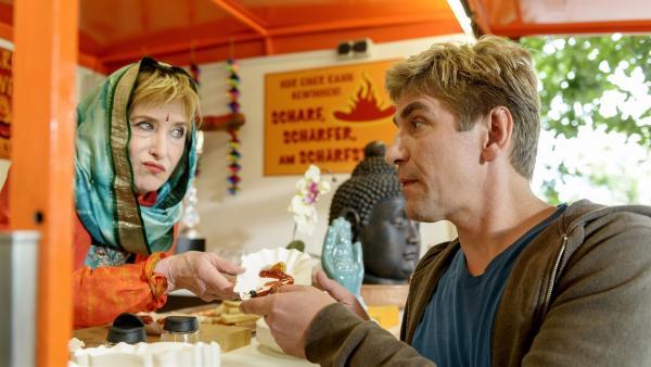 Indira (Beatrice Richter, l.) behält das Geheimnis ihrer scharfen indischen Currywurst für sich. Fritz Fuchs (Guido Hammesfahr, r.)  möchte am Schärfewettbewerb teilnehmen. | Rechte: ZDF/Antje Dittmann