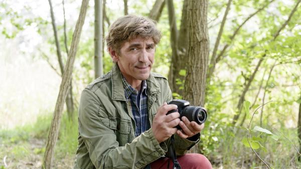 Fritz Fuchs (Guido Hammesfahr) vertritt den Förster bei verschiedenen Arbeiten im Wald. Er versucht den selten gewordenen Kuckuck vor die Linse zu bekommen. Gehört hat er ihn schon. | Rechte: ZDF/Antje Dittmann