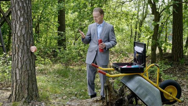 Ordnungsamtmann Kluthe (Holger Handtke)  hofft auf die goldene Mitarbeitermedaille, wenn er sich als Forsthilfe nützlich macht. Aber irgendwie scheint der Wald nicht sein Freund zu sein. | Rechte: ZDF/Antje Dittmann