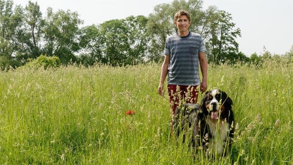 Fritz (Guido Hammesfahr) und Keks erkunden die Auerbach Wiesen. Doch so idyllisch sieht es hier nicht überall aus. | Rechte: ZDF/Antje Dittmann