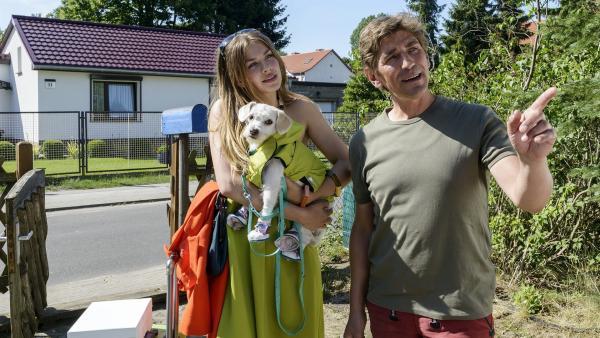 Unverhoffter Besuch: Fritz (Guido Hammesfahr) zeigt Eve Paschulke (Zsa Zsa Inci Bürkle) den Weg zum Haus des Nachbarn. | Rechte: ZDF/Antje Dittmann