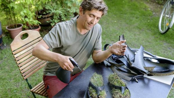 Die ersten Schuhe, die man nicht putzen sondern gießen muss. Fritz (Guido Hammesfahr) tüftelt an einer neuartigen Schuh-Idee. | Rechte: ZDF/Antje Dittmann
