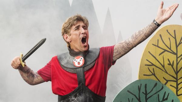 Fritz Fuchs (Guido Hammesfahr) muss gut bei Stimme sein, denn er übernimmt die Hauptrolle des Ritters Heinrichs, dem Bären, in einem Musical. | Rechte: ZDF/Antje Dittmann