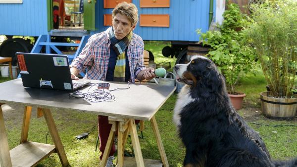 Fritz (Guido Hammesfahr) erforscht einen Stimmverzerrer. Wie könnte Keks Hundestimme noch klingen? | Rechte: ZDF/Antje Dittmann
