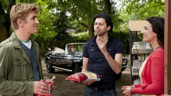 Einkauf für einen gemütlichen Fernsehabend. An Yasemins (Sanam Afrashteh, r.) Kiosk bekommt Fritz Fuchs (Guido Hammesfahr, l.) von Kameraverleiher Ollie (Tom Lass, M.) einen heißen Filmtipp. | Rechte: ZDF/Antje Dittmann