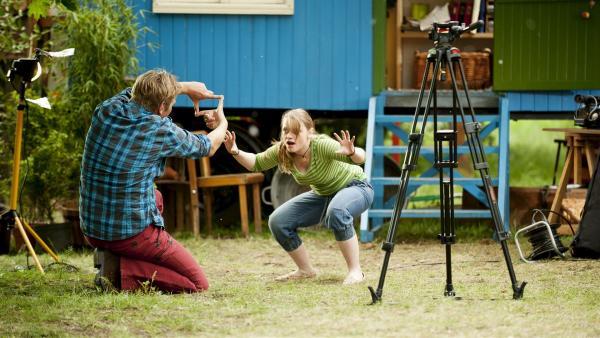 Charlie Fuchs (Géraldine Raths, r.) gibt alles, um Schauspielerin zu werden. Cousin Fritz (Guido Hammesfahr, r.) hilft ihr dabei. | Rechte: ZDF/Antje Dittmann
