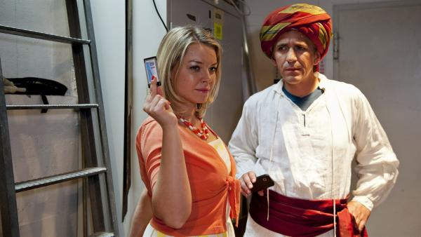 Meint ihr diesen Chip? Wie ist Schauspielerin Beatrix (Karolina Lodyga, l.) an die Probeaufnahmen von Fritz (Guido Hammesfahr, r.) gekommen? | Rechte: ZDF/Antje Dittmann