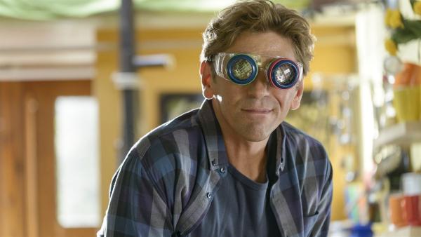 Fritz (Guido Hammesfahr) möchte herausfinden, wie eine Stubenfliege sieht. Dafür hat er sich eine Spezialbrille gebaut. | Rechte: ZDF/Antje Dittmann
