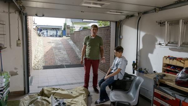In der Garage von Fritz' (Guido Hammesfahr, l.) Patensohn Mattis (Noah Calvin, r.) wurde das Motorrad seiner Eltern geklaut - während sie im Urlaub sind. | Rechte: ZDF/Antje Dittmann