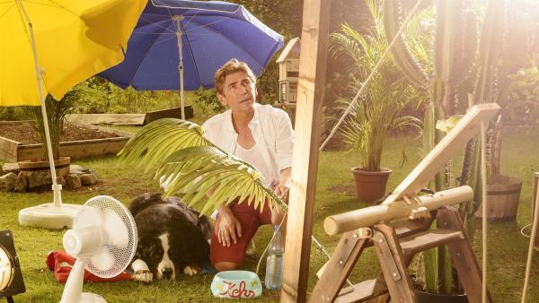 Es ist brüllend heiß am Bauwagen. Fritz Fuchs (Guido Hammesfahr) hat für seinen Hund einen raffinierten Fächer ausgetüftelt. | Rechte: ZDF/Antje Dittmann