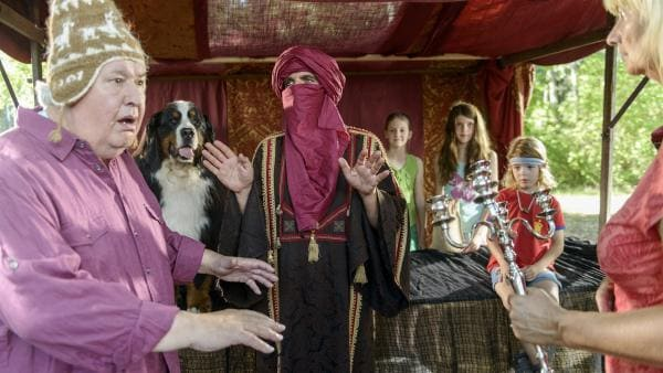 Ein Tuareg (Guido Hammesfahr, M.) möchte Herrn Paschulke (Helmut Krauss, l.) die Augen öffnen. Auch der Tuareg preist Wundersamen an. | Rechte: ZDF/Antje Dittmann