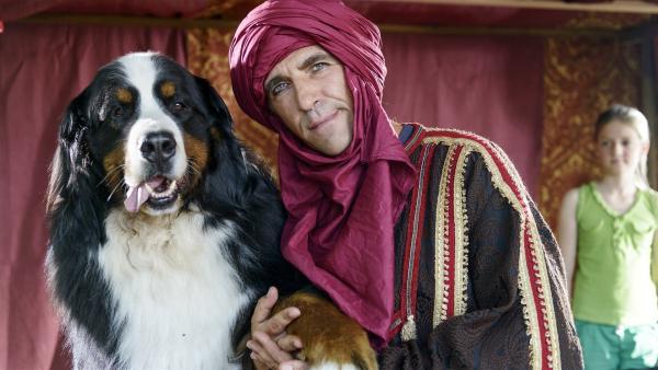 Fritz Fuchs (Guido Hammesfahr) versucht sein Glück als Tuareg. In dieser Verkleidung will er die Bärstädter von einem schweren Fehler abhalten. | Rechte: ZDF/Antje Dittmann